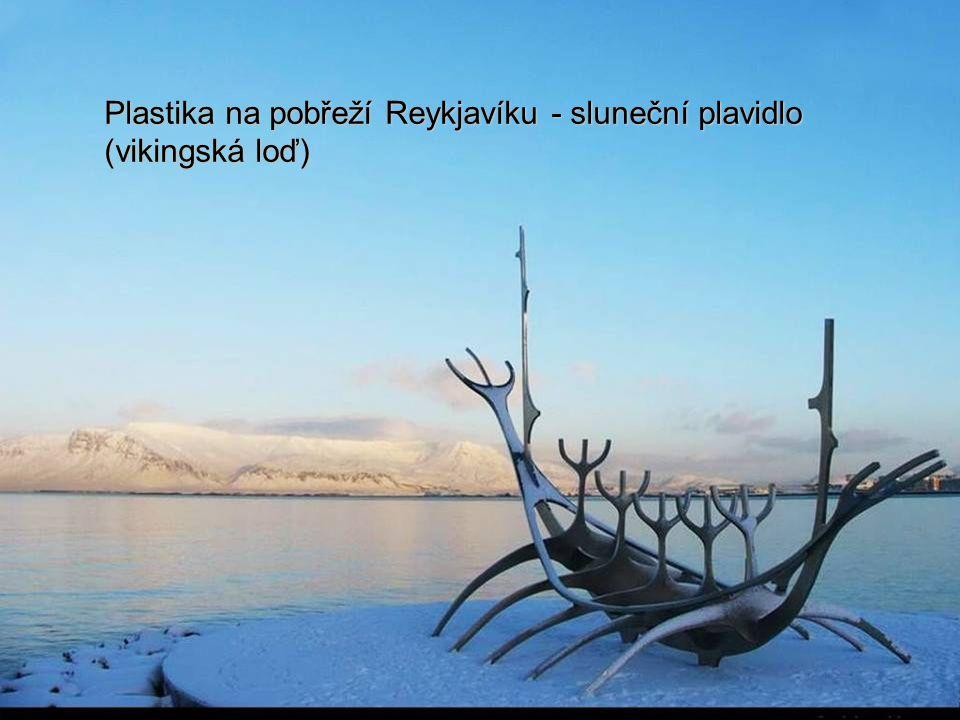Plastika na pobřeží Reykjavíku - sluneční plavidlo (vikingská loď)