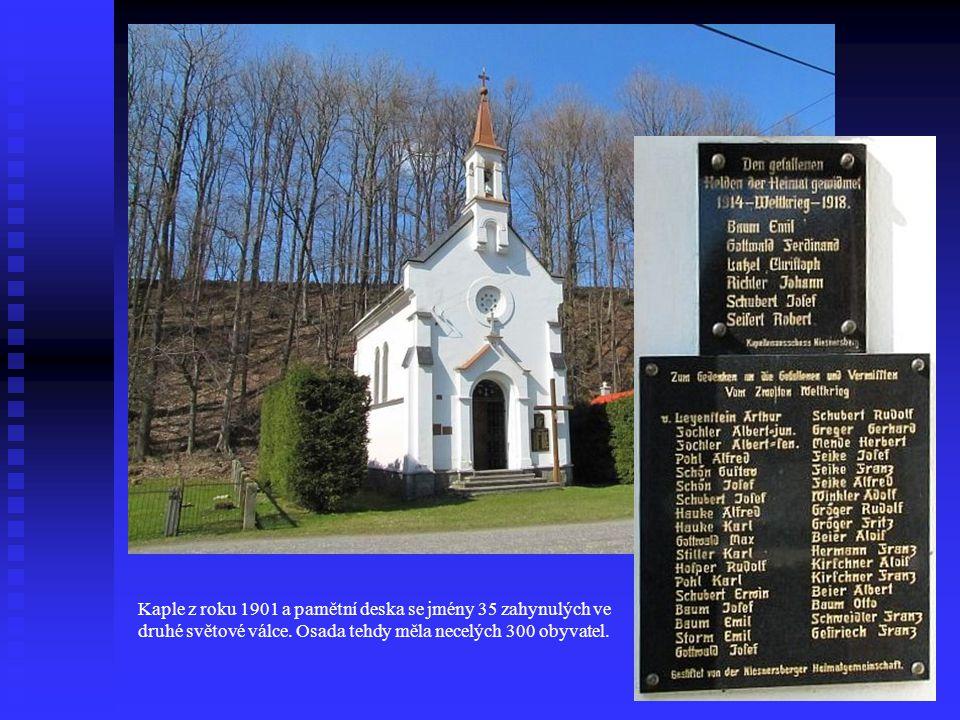 Kaple z roku 1901 a pamětní deska se jmény 35 zahynulých ve druhé světové válce.