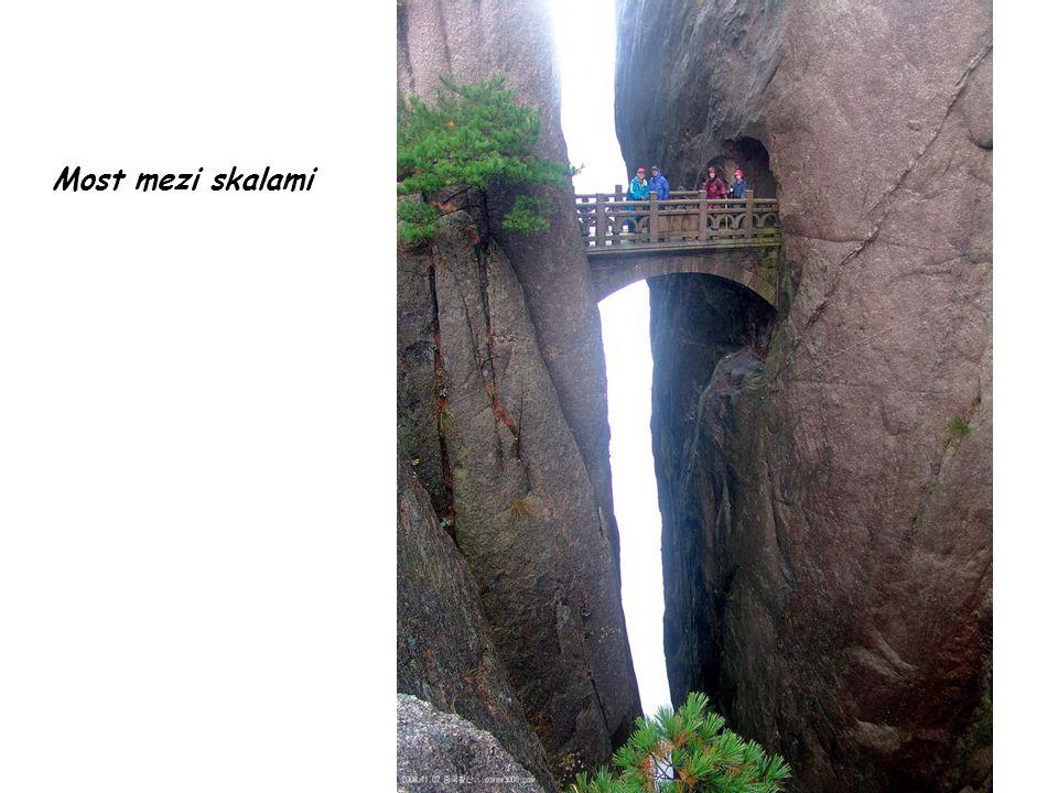 Most mezi skalami