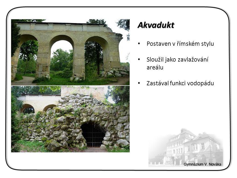 Akvadukt Postaven v římském stylu Sloužil jako zavlažování areálu Zastával funkci vodopádu