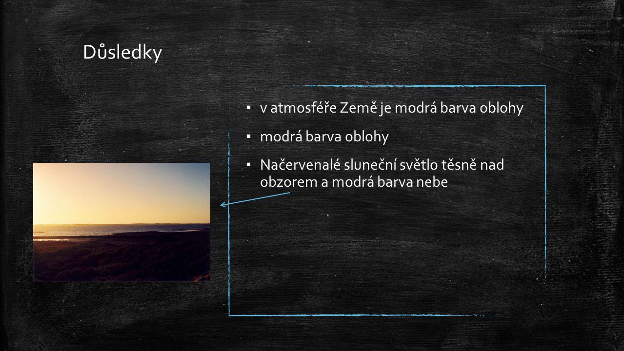 Důsledky ▪ v atmosféře Země je modrá barva oblohy ▪ modrá barva oblohy ▪ Načervenalé sluneční světlo těsně nad obzorem a modrá barva nebe