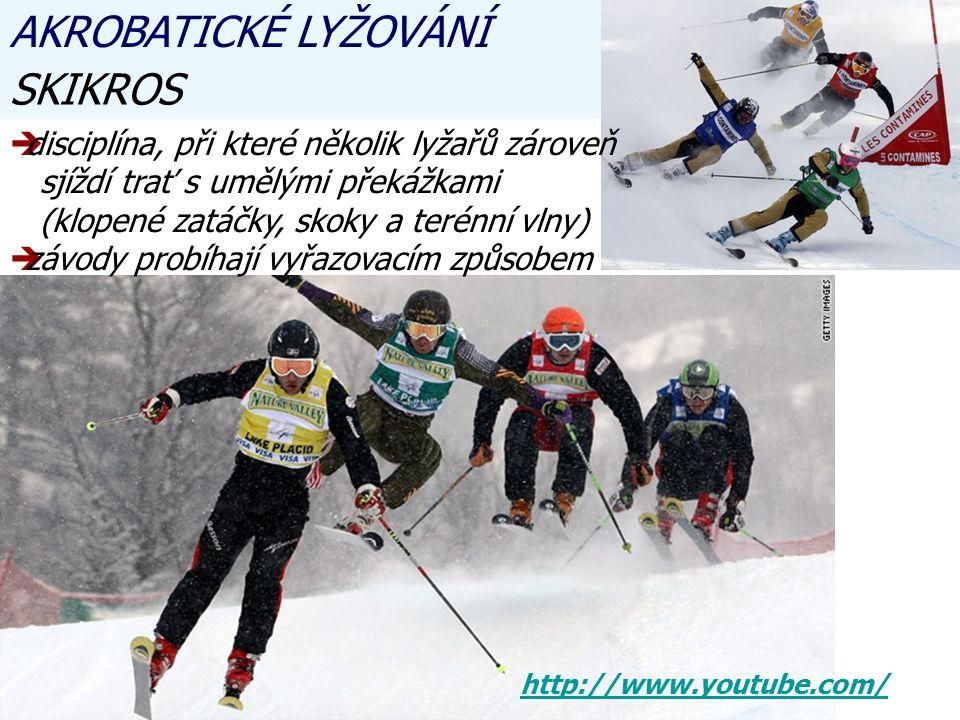 AKROBATICKÉ LYŽOVÁNÍ SKIKROS ddisciplína, při které několik lyžařů zároveň sjíždí trať s umělými překážkami (klopené zatáčky, skoky a terénní vlny) zzávody probíhají vyřazovacím způsobem http://www.youtube.com/