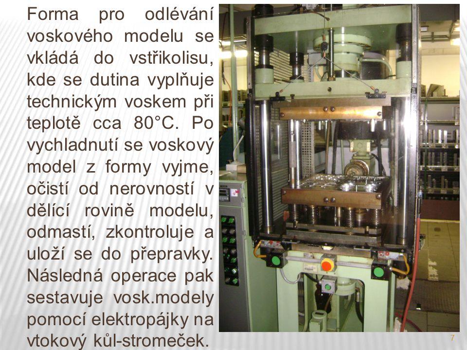 8 Vtokový kůl, který je rotační, je zhotoven taky z technického vosku a tím, že se voskový model místně nahřeje elektrickou pájkou, tak se přichytí v přesné pozici na vtokový kůl podle velikosti a členitosti modelu a tak vytvoří voskový stromeček.