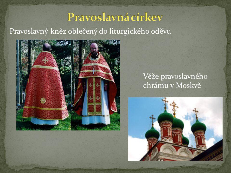 Pravoslavný kněz oblečený do liturgického oděvu Věže pravoslavného chrámu v Moskvě
