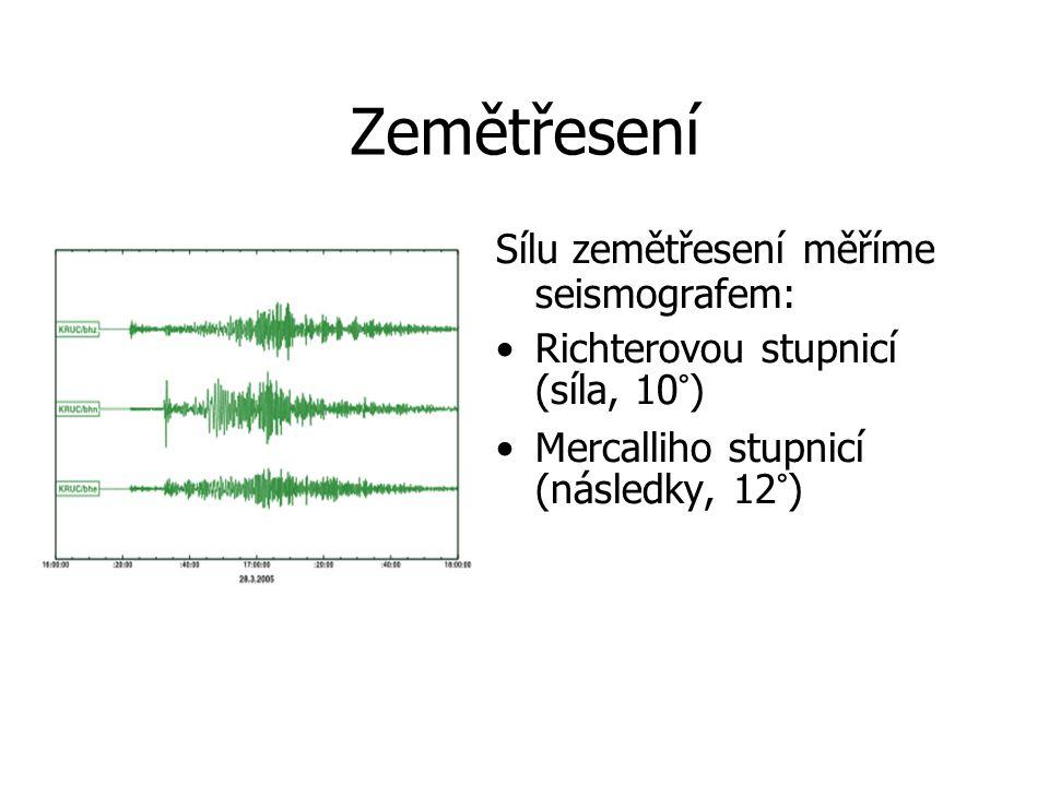 Zemětřesení Sílu zemětřesení měříme seismografem: Richterovou stupnicí (síla, 10°) Mercalliho stupnicí (následky, 12°)