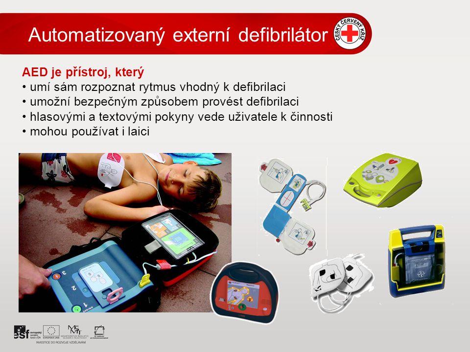 AED je přístroj, který umí sám rozpoznat rytmus vhodný k defibrilaci umožní bezpečným způsobem provést defibrilaci hlasovými a textovými pokyny vede uživatele k činnosti mohou používat i laici