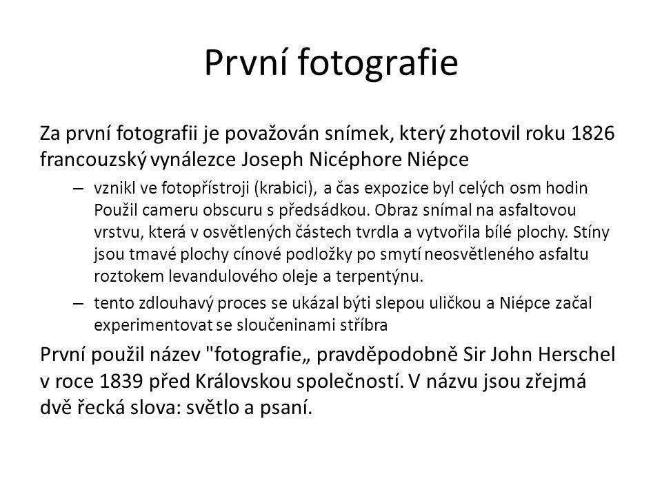První fotografie Za první fotografii je považován snímek, který zhotovil roku 1826 francouzský vynálezce Joseph Nicéphore Niépce – vznikl ve fotopřístroji (krabici), a čas expozice byl celých osm hodin Použil cameru obscuru s předsádkou.