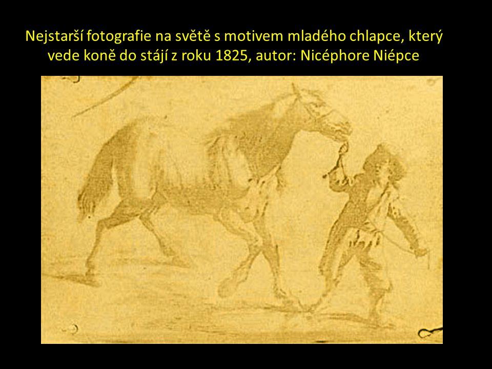 Nejstarší fotografie na světě s motivem mladého chlapce, který vede koně do stájí z roku 1825, autor: Nicéphore Niépce