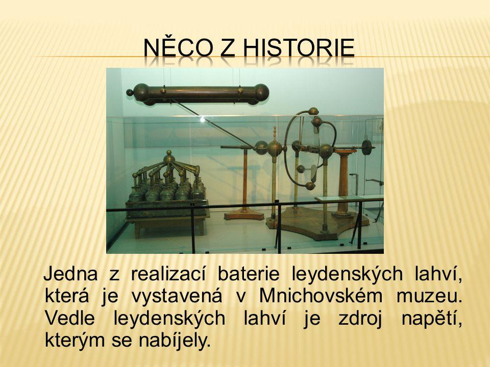 Jedna z realizací baterie leydenských lahví, která je vystavená v Mnichovském muzeu. Vedle leydenských lahví je zdroj napětí, kterým se nabíjely.