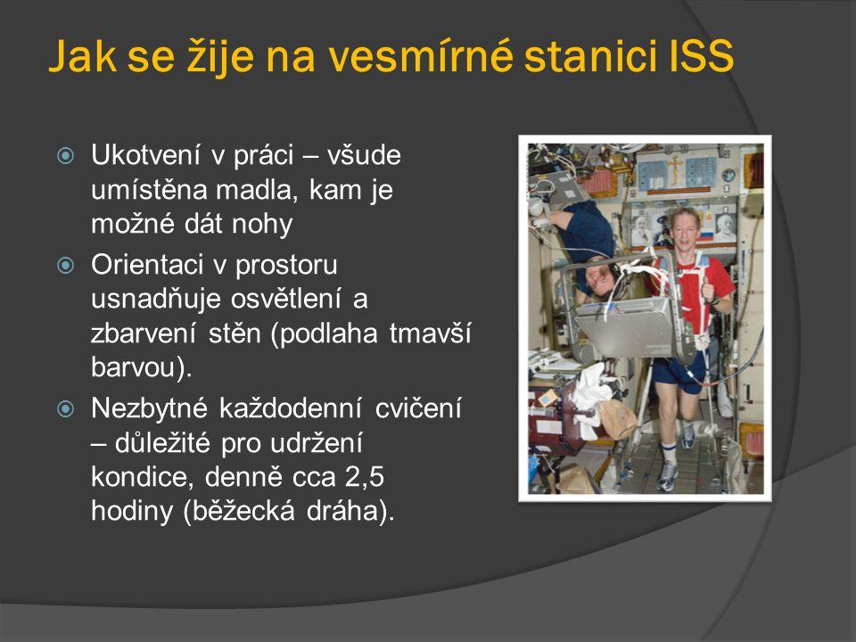 Jak se žije na vesmírné stanici ISS  Ukotvení v práci – všude umístěna madla, kam je možné dát nohy  Orientaci v prostoru usnadňuje osvětlení a zbarvení stěn (podlaha tmavší barvou).