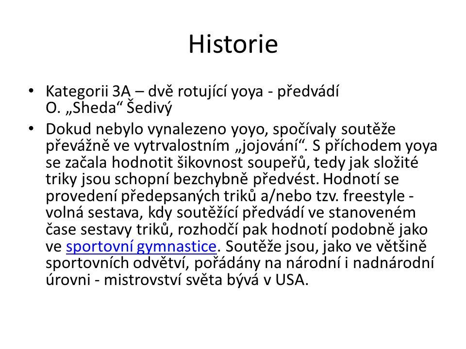 """Historie Kategorii 3A – dvě rotující yoya - předvádí O. """"Sheda"""" Šedivý Dokud nebylo vynalezeno yoyo, spočívaly soutěže převážně ve vytrvalostním """"jojo"""