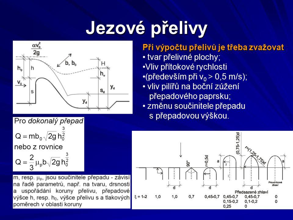 Jezové přelivy Při výpočtu přelivů je třeba zvažovat tvar přelivné plochy; Vliv přítokové rychlosti (především při v 0 > 0,5 m/s); vliv pilířů na bočn