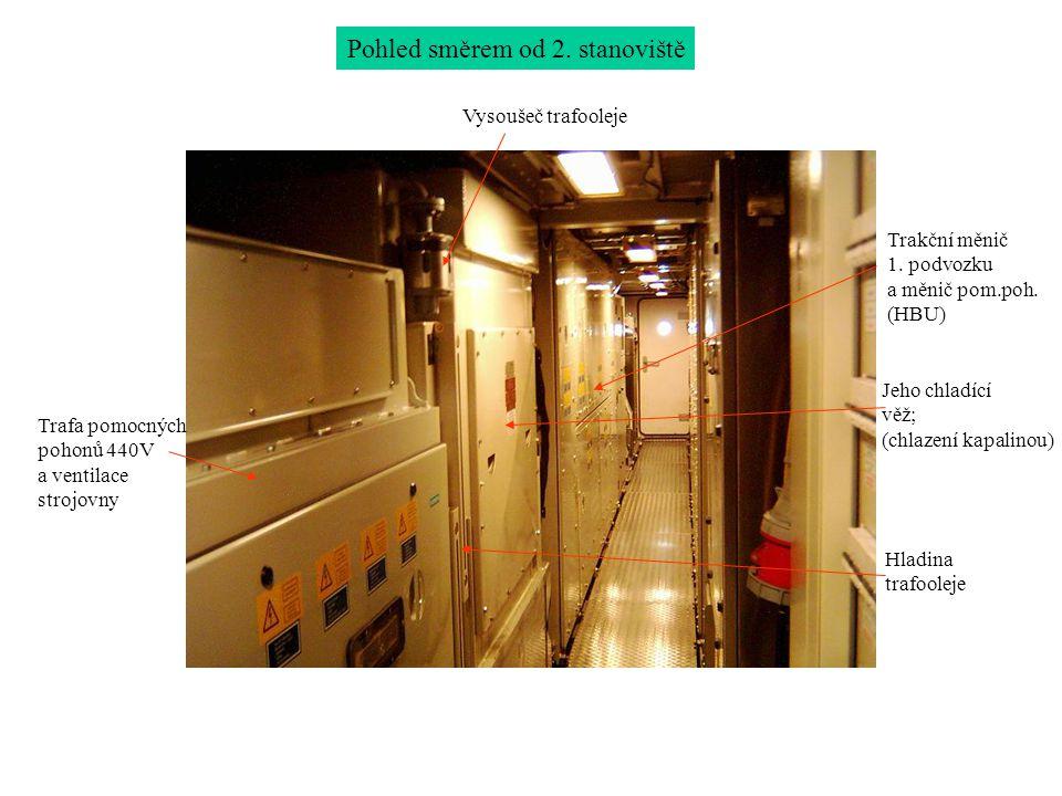 Pohled směrem od 2. stanoviště Trafa pomocných pohonů 440V a ventilace strojovny Trakční měnič 1. podvozku a měnič pom.poh. (HBU) Jeho chladící věž; (