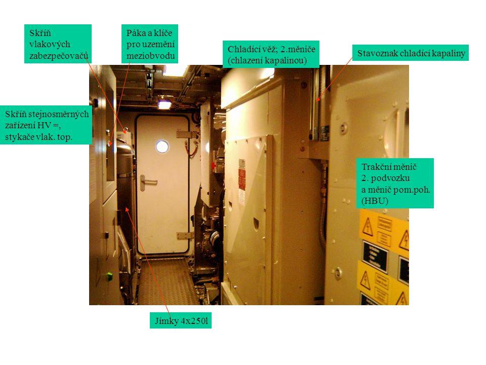Chladící věž; 2.měniče (chlazení kapalinou) Trakční měnič 2. podvozku a měnič pom.poh. (HBU) Stavoznak chladící kapaliny Skříň stejnosměrných zařízení