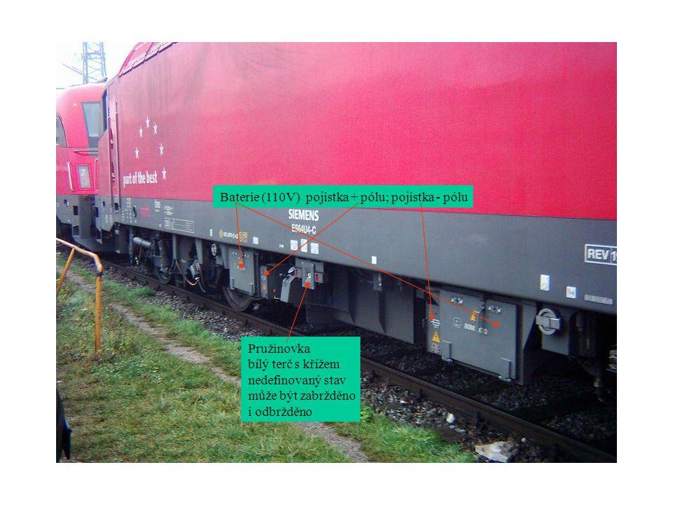 Dobíjení baterie z cizího zdroje Pružinovka zabrzděna Oba podvozky zabrzděny