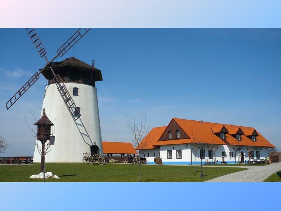 Hotel Bukovanský mlýn*** je postaven na vrcholu kopce mezi obcemi Bukovany a Ostrovánky u Kyjova.