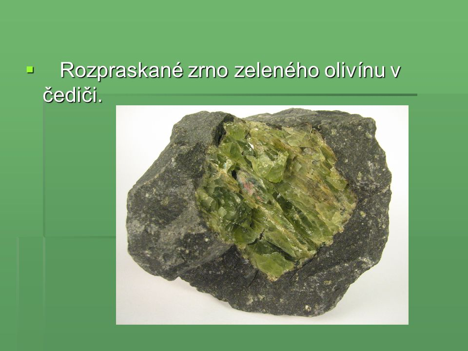  Rozpraskané zrno zeleného olivínu v čediči.