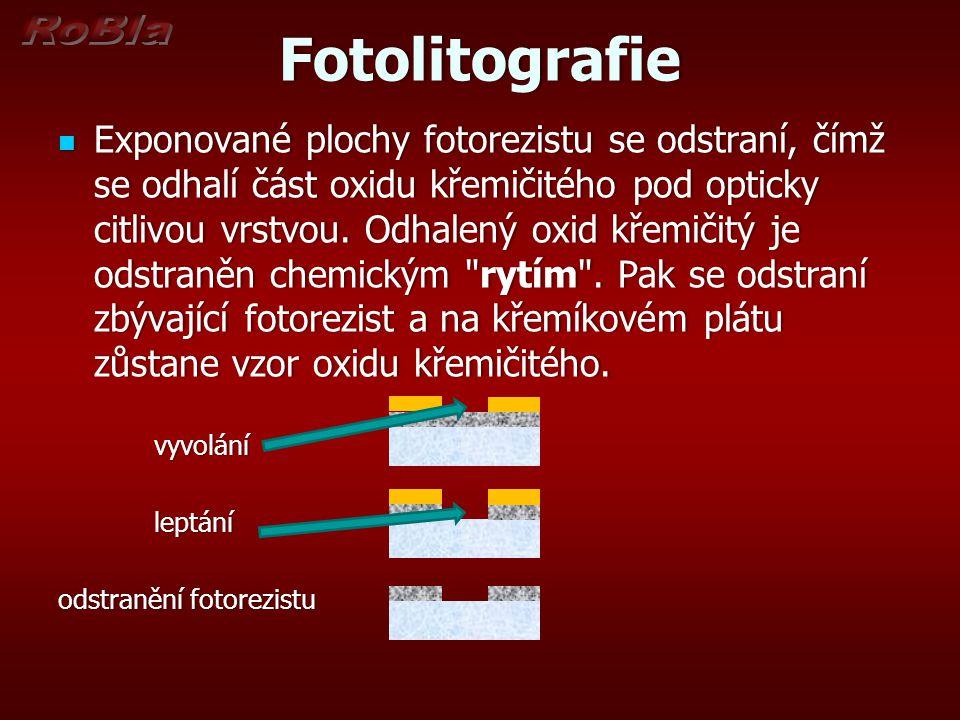 Fotolitografie Exponované plochy fotorezistu se odstraní, čímž se odhalí část oxidu křemičitého pod opticky citlivou vrstvou. Odhalený oxid křemičitý