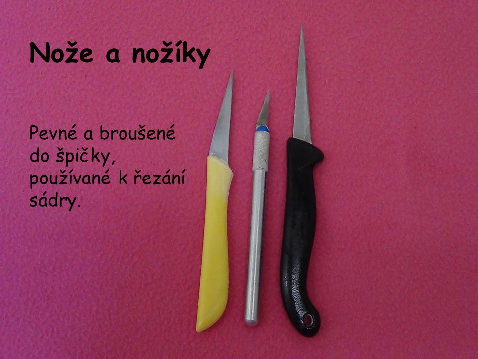 Nože a nožíky Pevné a broušené do špičky, používané k řezání sádry.