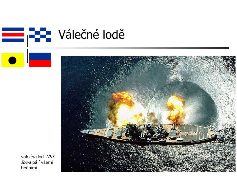 Válečné lodě válečná loď USS Iowa pálí všemi bočními