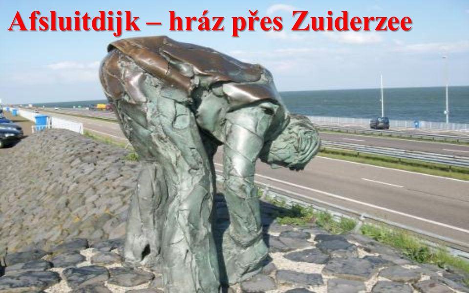 Afsluitdijk – hráz přes Zuiderzee Hráz zkrátila pobřeží na severu o 300 km a moře odsunula z vnitrozemí o 85 km.