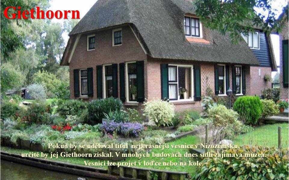 Giethoorn Pokud by se uděloval titul nejkrásnější vesnice v Nizozemsku, určitě by jej Giethoorn získal.