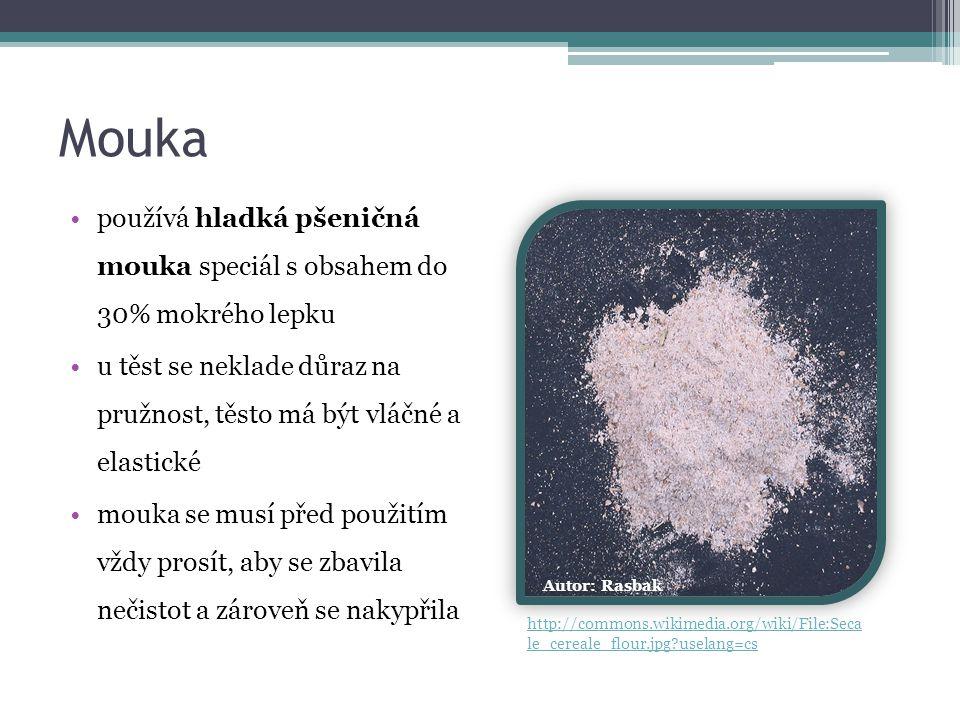 Mouka používá hladká pšeničná mouka speciál s obsahem do 30% mokrého lepku u těst se neklade důraz na pružnost, těsto má být vláčné a elastické mouka se musí před použitím vždy prosít, aby se zbavila nečistot a zároveň se nakypřila Autor: Rasbak http://commons.wikimedia.org/wiki/File:Seca le_cereale_flour.jpg?uselang=cs