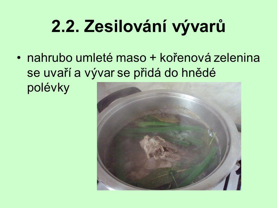2.2. Zesilování vývarů nahrubo umleté maso + kořenová zelenina se uvaří a vývar se přidá do hnědé polévky