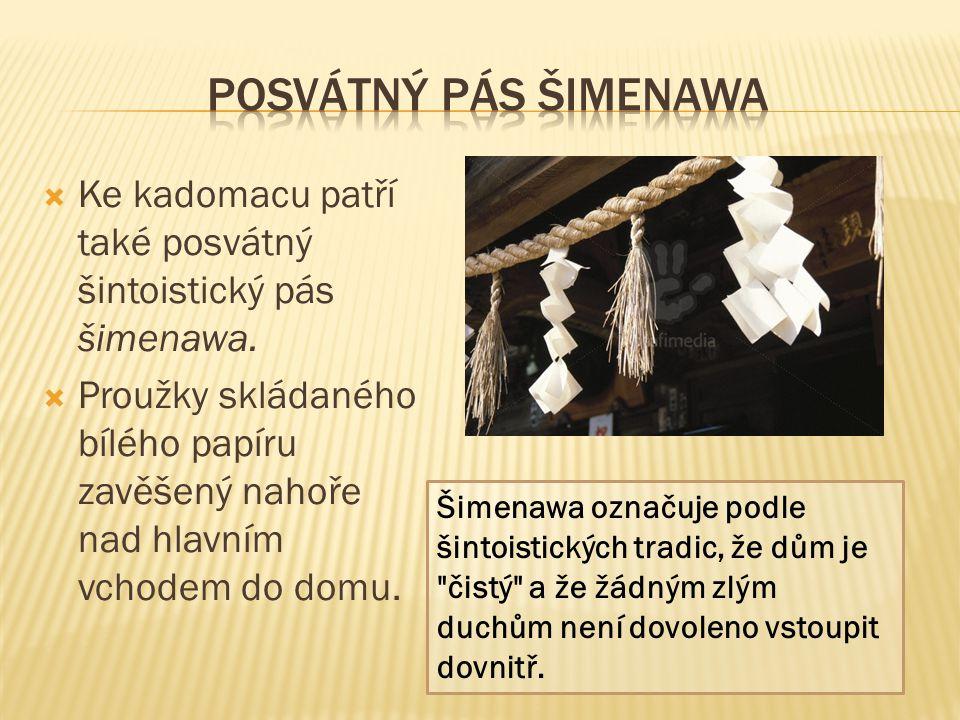  Ke kadomacu patří také posvátný šintoistický pás šimenawa.  Proužky skládaného bílého papíru zavěšený nahoře nad hlavním vchodem do domu. Šimenawa