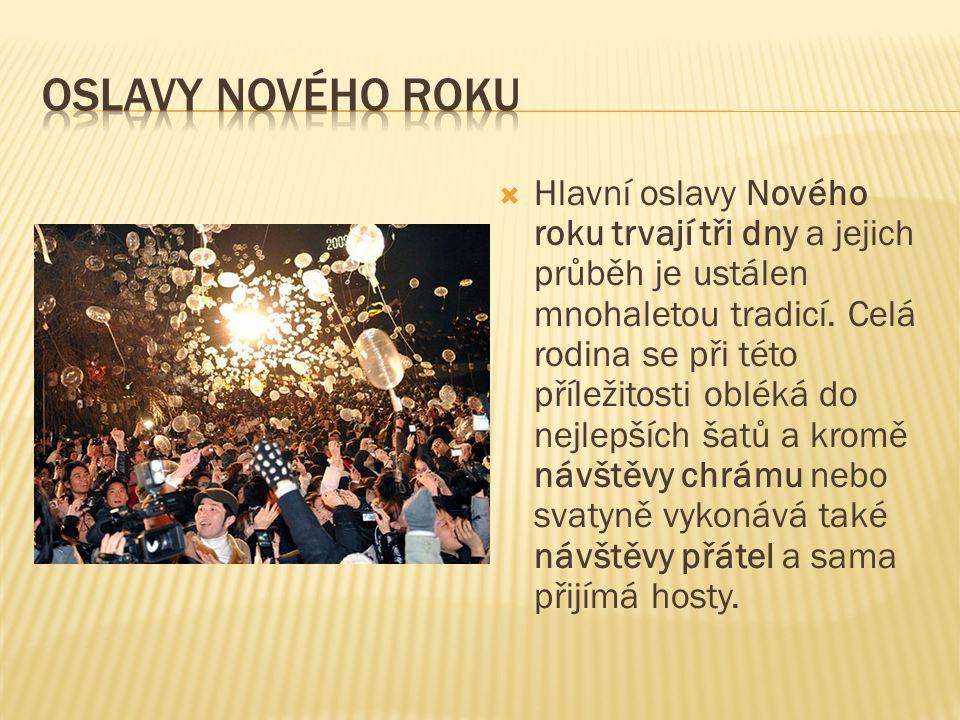  Hlavní oslavy Nového roku trvají tři dny a jejich průběh je ustálen mnohaletou tradicí. Celá rodina se při této příležitosti obléká do nejlepších ša