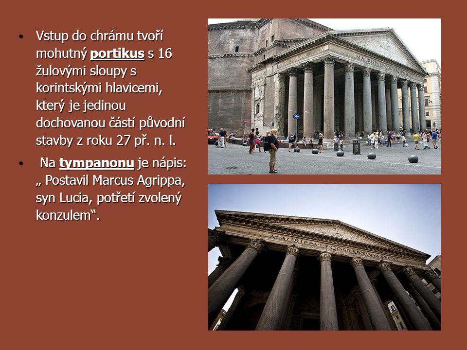 Vstup do chrámu tvoří mohutný portikus s 16 žulovými sloupy s korintskými hlavicemi, který je jedinou dochovanou částí původní stavby z roku 27 př. n.