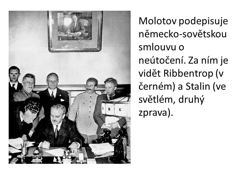 Molotov podepisuje německo-sovětskou smlouvu o neútočení. Za ním je vidět Ribbentrop (v černém) a Stalin (ve světlém, druhý zprava).