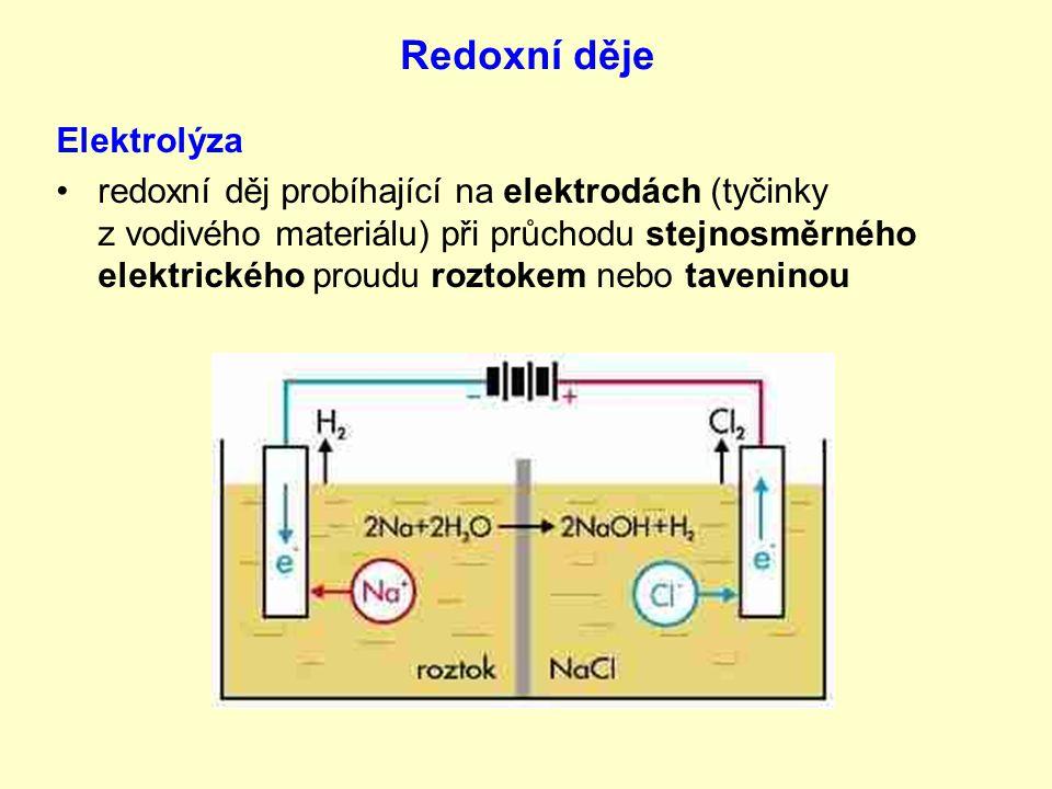 Redoxní děje Elektrolýza redoxní děj probíhající na elektrodách (tyčinky z vodivého materiálu) při průchodu stejnosměrného elektrického proudu roztokem nebo taveninou