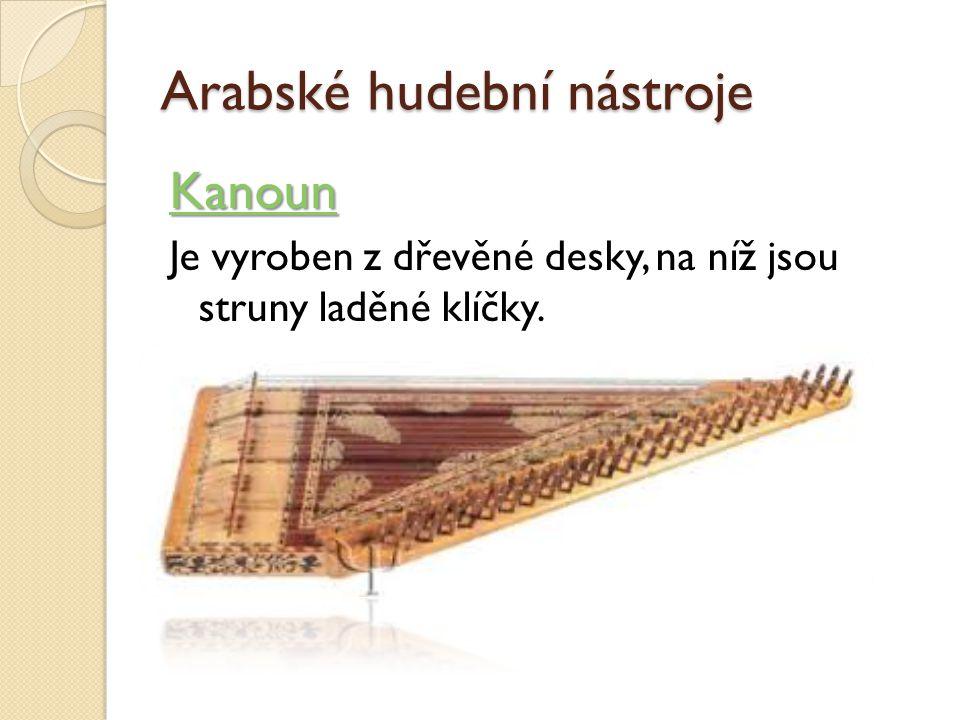 Arabské hudební nástroje Kanoun Je vyroben z dřevěné desky, na níž jsou struny laděné klíčky.