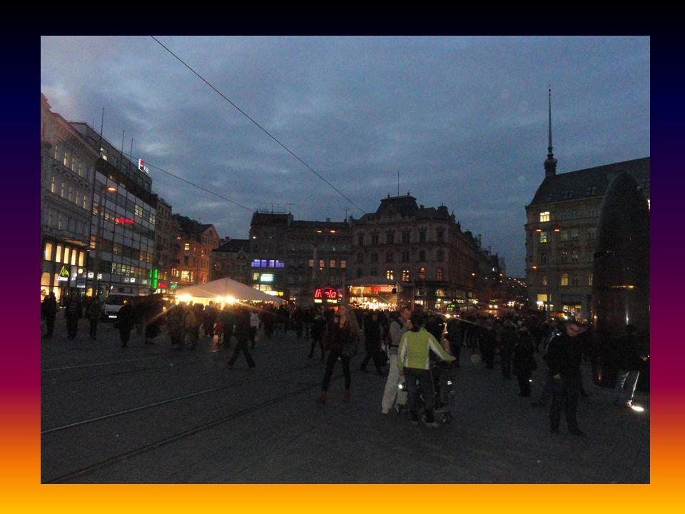 Pohled na večerní náměstí 13.11.