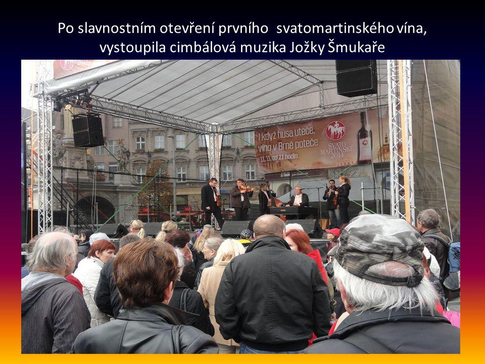 Po slavnostním otevření prvního svatomartinského vína, vystoupila cimbálová muzika Jožky Šmukaře