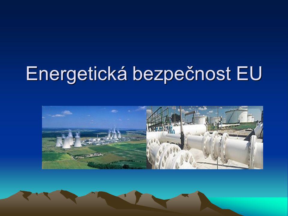 Vývoj energetické politiky EU není pevně zakotvena v základních dokumentech EU EURATOM – úkol přispět ke zvýšení životní úrovně v členských státech a k rozvoji vztahů s ostatními zeměmi vytvořením podmínek nezbytných pro rychlé vybudování a růst jaderného průmyslu, dohled pouze nad uhlím a nad jádrem 1980 - stanoveny společné cíle energetické politiky 1992 - Maastrichtská smlouva (společný energetický trh) 1995 - Bílá kniha EU o energetické politice 2006 – Zelená kniha – evropská strategie pro udržitelnou, konkurenceschopnou a bezpečnou energii 2007 - Energetický balíček Lisabonská smlouva – stanovuje jednotlivé cíle vztahující se k zajištění bezpečnosti dodávek energie v EU, podporování energetické účinnosti a úspor energie jakož i rozvoj nových a obnovitelných zdrojů energie a propojování energetických sítí