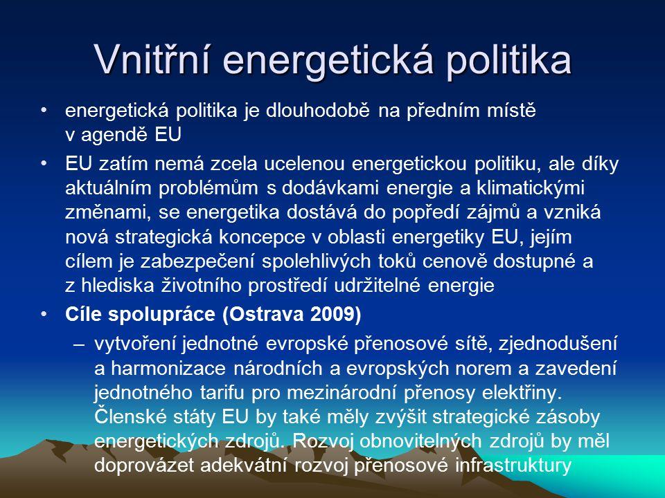 """Vnitřní energetická politika - nástroje Liberalizace energetického sektoru -zvyšování konkurence v sektoru -oddělení výrobců od prodejců a rozvodných sítí = """"vlastnický unbundling x RWE, E.ON -propojování národních sítí a slučování technických standardů -celoevropský vnitřní trh s energií"""