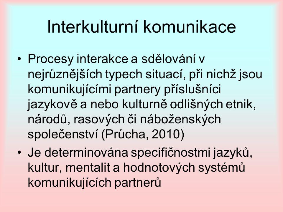 Procesy interakce a sdělování v nejrůznějších typech situací, při nichž jsou komunikujícími partnery příslušníci jazykově a nebo kulturně odlišných et