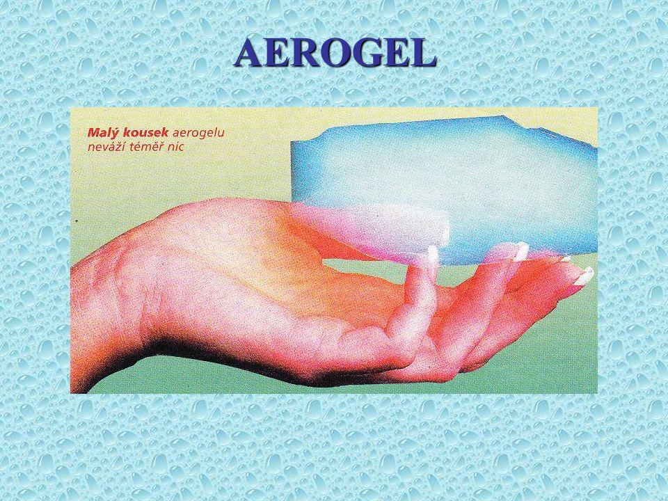Aerogel se jako duch vznáší v prostoru přidržován jen konečky prstů výzkumných pracovníků.