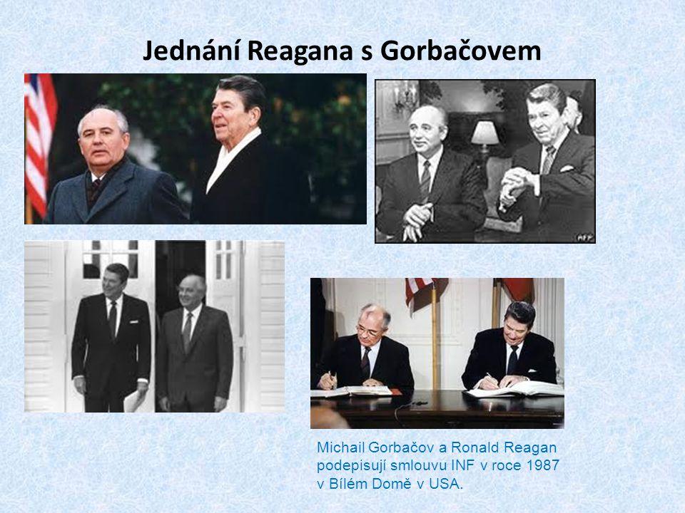 Jednání Reagana s Gorbačovem Michail Gorbačov a Ronald Reagan podepisují smlouvu INF v roce 1987 v Bílém Domě v USA.