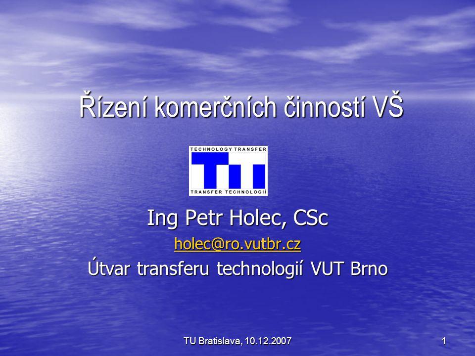 """TU Bratislava, 10.12.200712 Centralizace vs decentralizace Rozpor mezi šíří a různorodostí výzkumu, jehož výsledky je třeba ošetřit, a mezi omezeným počtem pracovníků útvaru Rozpor mezi šíří a různorodostí výzkumu, jehož výsledky je třeba ošetřit, a mezi omezeným počtem pracovníků útvaru Nelze předpokládat, že by pracovníci odpovědní za TT, mohli být dále aktivní ve vlastní vědecké činnosti Nelze předpokládat, že by pracovníci odpovědní za TT, mohli být dále aktivní ve vlastní vědecké činnosti Je třeba mít spolupracovníky na fakultách a poskytnout jim odbornou pomoc a metodické vedení Je třeba mít spolupracovníky na fakultách a poskytnout jim odbornou pomoc a metodické vedení Na VUT: systém """"technologických poradců na jednotlivých ústavech, kteří prošli základním zaškolením a jsou za svou činnost honorováni Na VUT: systém """"technologických poradců na jednotlivých ústavech, kteří prošli základním zaškolením a jsou za svou činnost honorováni Překvapivě velký zájem mezi doktorandy!."""