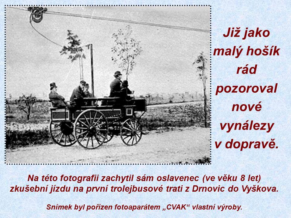 Zde na této vzácné fotografii je zachycen dnešní oslavenec při slavnostní vojenské přísaze, kterou si odbýval v posádkové věznici poblíž Zblovic.