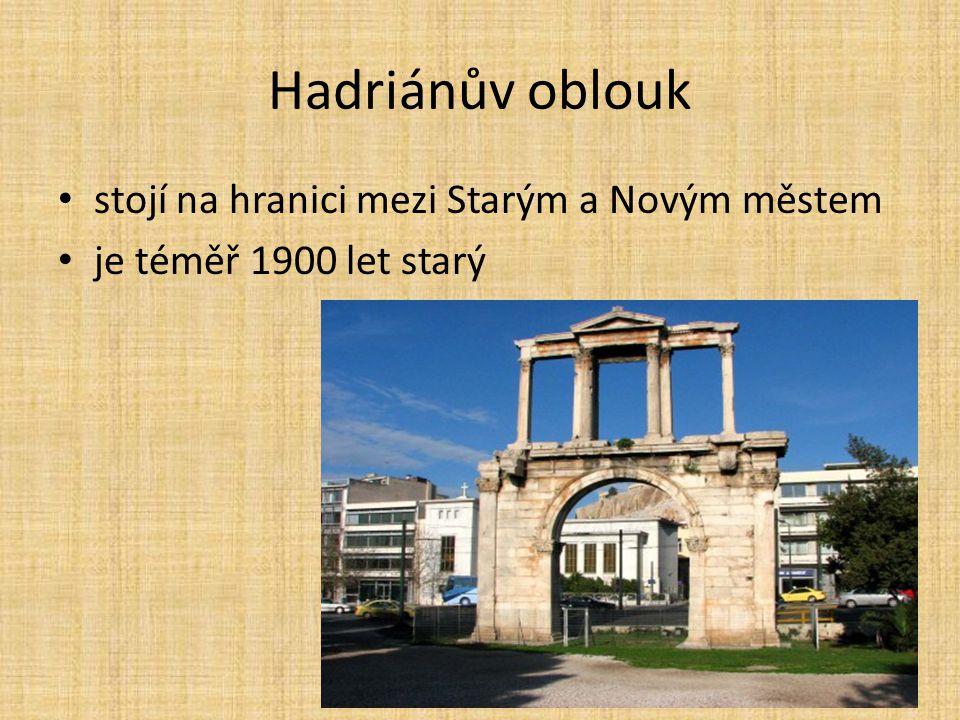 Hadriánův oblouk stojí na hranici mezi Starým a Novým městem je téměř 1900 let starý