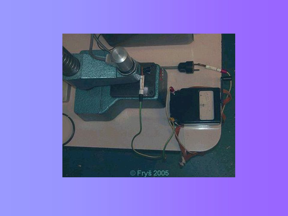 Příklad ochrany rodinného domu Energii od úderu vzdáleného blesku přivede do rodinného domu nejčastěji:  přípojka nízkého napětí, po které se impulsy šíří galvanickou cestou  přípojka telefonu Blízký a přímý úder blesku – proudy se dostanou na vodič PEN a při vyrovnání fázového potenciálu dojde k průrazu izolace – zkraty, požáry Možná kombinace přístrojů:  svodiče bleskových proudů pro 1.stupeň ochrany (třída B)  s vlastním hromosvodem: FLP-A35+0,9-35kA/1fázi, na přepětí 900V  nemá vlastní hromosvod: FLP-275V/25kA/1fázi