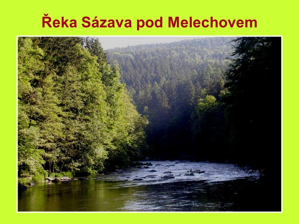 Voda v řece se žene přes splávky a peřeje
