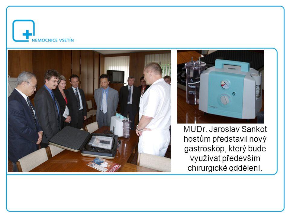 MUDr. Jaroslav Sankot hostům představil nový gastroskop, který bude využívat především chirurgické oddělení.