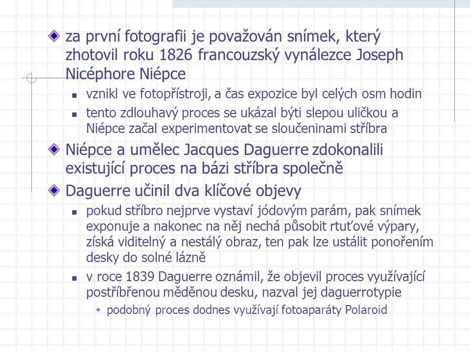 za první fotografii je považován snímek, který zhotovil roku 1826 francouzský vynálezce Joseph Nicéphore Niépce vznikl ve fotopřístroji, a čas expozic