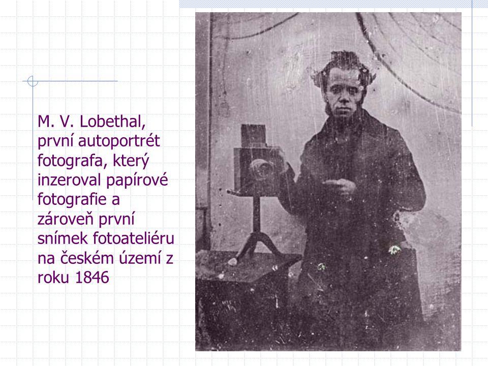 M. V. Lobethal, první autoportrét fotografa, který inzeroval papírové fotografie a zároveň první snímek fotoateliéru na českém území z roku 1846