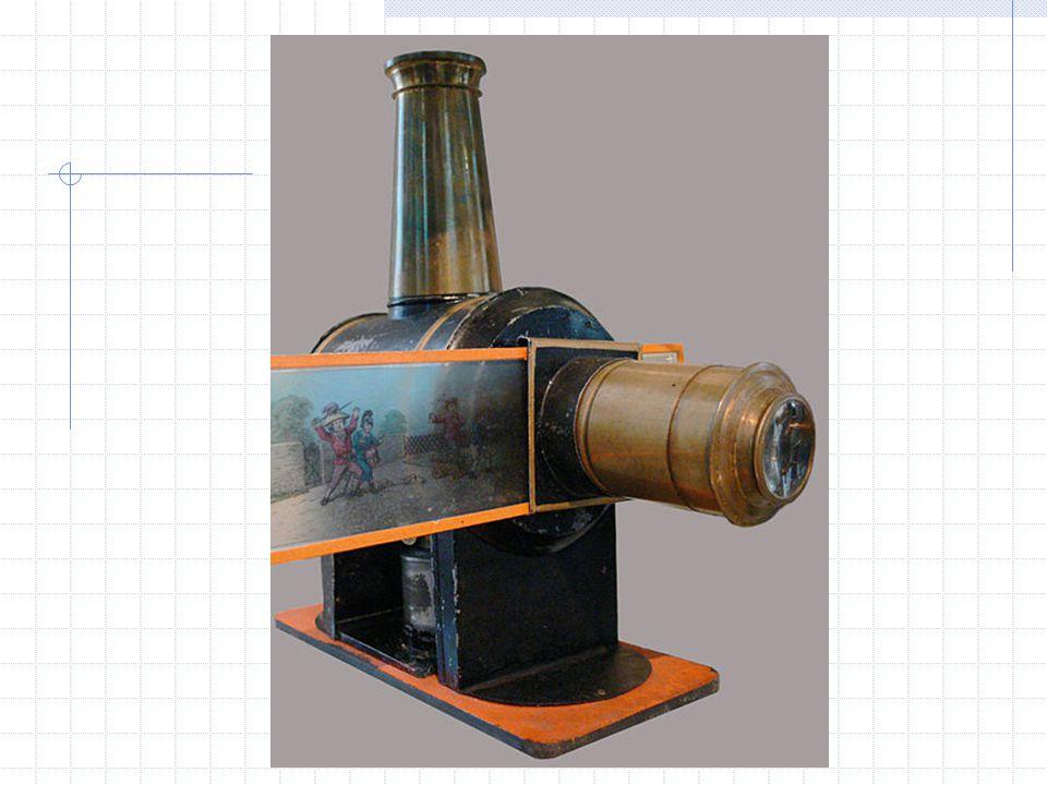 """Camera lucida (1807) optické zařízení používané jako pomůcka ve výtvarném umění """"camera lucida (z latiny """"světlá komora ) základem zařízení je čtyřboký polopropustný hranol, v němž se horizontální světelný paprsek láme do vertikálního směru a přichází do oka kreslíře hranol bývá namontován na držadle připevněném k horizontální desce, na níž leží materiál, na který je kresleno kreslíř se dívá přes hranu hranolu a vidí současně kreslenou scénu i nakreslenou část scény to mu umožňuje zakreslit přesně klíčové body scény"""
